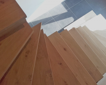 Laat uw betontrap bekleden in hout en zorg voor een mooi accent met uw donkere stenen vloer